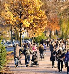 Sonntagsspaziergang in der Herbstsonne an der Alster - die Bäume am Alsterweg tragen prächtiges Herbstlaub.