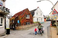 Fotos aus dem Hamburger Stadtteil Finkenwerder - Wohnhaus mit Weinlaub im Herbst.