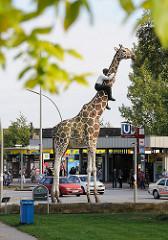 Eingang U-Bahn Hagenbecks Tierpark - Skulptur Mann mit Giraffe, Bildhauer Stephan Balkenol.