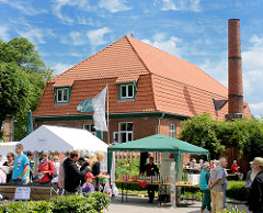 Biogut Wulksfelde - Stände beim Bauernmarkt; Gebäude Gutsküche mit Schornstein.