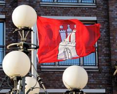 Hamburg Flagge im Wind - historische Lampen an der Heiligengeistbrücke über das Alsterfleet.