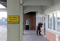 """Zollgebäude / Zollamt Reiherstieg Hauptdeich - Schild """" Bitte Motor abstellen - Vergiftungsgefahr """"."""