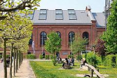 Mittagspause in der Sonne der Grünanlage auf dem Gelände der ehem. Gaswerke Hamburg Bahrenfeld.