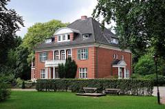 Villa im Grünen - Herrenhaus zwischen hohen Bäumen in HH-Rahlstedt.