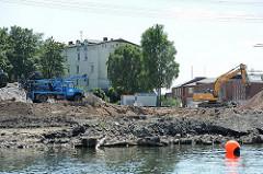 Baustelle am Überwinterungshafen - Harburger Schloss im Hintergrund - Bagger am Hafenufer.