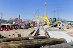 Baustelle am Lotskai des Harburger Binnenhafens - Schienen der Hafenbahn, im Vordergrund Holzdalben.