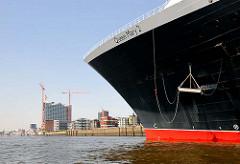 Bug des Kreuzfahrtschiffs Queen Mary 2 am Hamburger Kreuzfahrtterminal Hafencity - im Hintergrund die Baustelle der Elbphilharmonie.