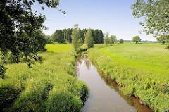 Lauf der Alster - Fluss zwischen Wiesen und Feldern; Naherholungsgebiet Oberalster, Gemeinde Tangstedt / Kreis Stormarn.