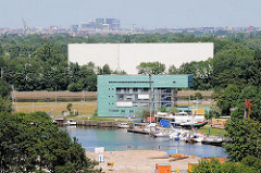 Blick auf den Überwinterungshafen und das Gebäude der Wasserschutzpolizei in Harburg; im Vordergrund die Baustelle, wo der ehemalige Hansen Speicher stand.