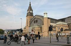 Fussgängerübergang am Steintorwall / Glockengieserwall. Historische Architektur des 1906 eröffneten Hamburger Hauptbahnhofs.
