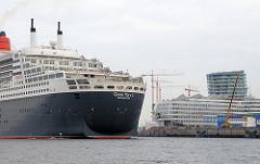 Heck des Kreuzfahrtschiffs QUEEN MARY 2 im Hamburger Hafen - im Hintergrund der Kai des Cruise Centers / Hamburger Kreuzschiffterminals.