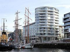 Traditionsschiffe im  Sandtorhafen in der Hamburger Hafencity - Segelschiffe vor moderner Architektur Hamburgs.