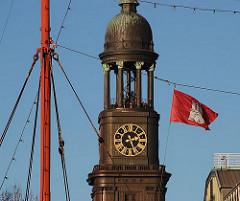 Hamburg Fahne vor dem Kirchturm der Michelkirche - Wahrzeichen der Hansestadt Hamburg - Stadtteil Hamburg Neustadt.