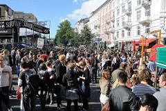 Blick in die Strasse Schulterblatt des Hamburger Stadtteils Sternschanze - hohe Altbauten mit Balkonen - Alternatives Strassenfest / Schanzenfest.