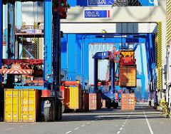 Container und Portalhubwagen am Athabaskakai im Hamburger Hafen - Containerterminal Burchardkai.