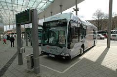 Busbahnhof in Hamburg St. Georg - Wasserstoffbus steht an de Haltestelle ZOB