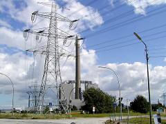 Ehem. Gasturbinenkraftwerk in Hamburg Moorburg. Das mit Heizöl befeuerte Kraftwerk wurde 2009 stillgelegt und demontiert.   Strommasten und Hochspannungsleitung über der Strasse.