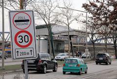 """Zollgrenze an der Versmannstrasse  - Schild mit der Aufschrift """"Zoll - Douane"""" - PKW Verkehr."""