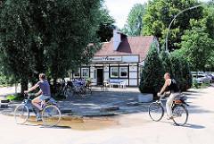 Gaststätte Entenwerder Fährhaus, gegründet 1873 - historisches Fachwerkhaus beim Elbpark von Hamburg Rothenburgsort.