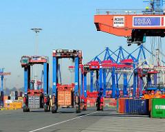 Portalhubwagen transportieren ihre Containerladung zum Bestimmungsort - Bilder vom HHLA Container Terminal Burchardkai - Fotos aus dem Hamburger Hafen.