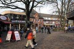 Platz WEISSE ROSE - Hamburg Volksdorf. Geschäfte und Passanten in der Volksdorfer Fussgängerzone.