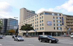 Hotelneubau an der Lübecker Strasse - Strassenverkehr, schnell fahrende Autos.