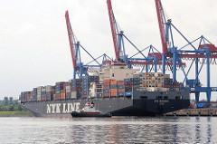 Der Frachter NYK ORPHEUS legt von seinem Liegeplatz am Ballinkai des Altenwerder Containerterminals ab.