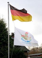Deutschlandfahne und Flagge mit Moorburgwappen.