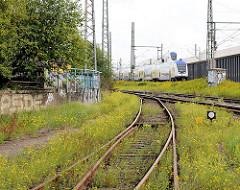 Bahngleise und Eisenbahnviadukt Versmannstrasse - Zug der metronom in Fahrt - Bilder aus der Hafencity Hamburg.