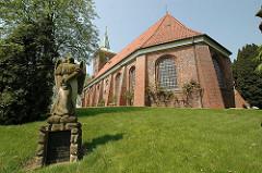 Engelskulptur / Friedhofsengel auf dem Kirchhof der Neuenfelder St. Pankratiuskirche; Hamburger Backsteinkirchen.