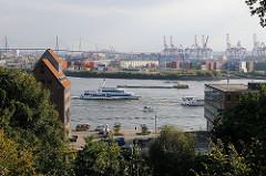 Blick vom Ottensener Donnerspark auf die Elbe - Schiffe fahren auf dem Hamburger Fluss.