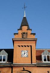 Architektur Barbek Süd - Alte Feuerwehrwache Giebelturm mit Turmuhr