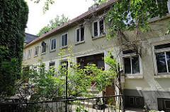 Wohnhäuser an der Elbtreppe - historische Wohnanlage am Elbufer in Hamburg Ottensen - vom Abriss bedroht.