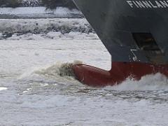 Schiffsbug im Eis - Eisschollen im Hamburger Hafen - fahrendes Frachtschiff durch das Eis.