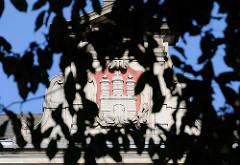 Hamburg Wappen als Stuckdekor auf dem Dach Schule Lehmweg - HH Hoheluft Ost.