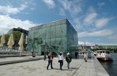Moderne Glasarchitektur am Schiffsanleger Jungfernstieg.