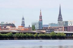 Blick vom Oberhafenkanal auf Lagerschuppen und Neubauten im Hamburger Stadtteil Hafencity - im Hintergrund Kirchtürme der Hansestadt.