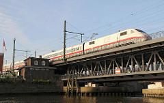 Intercityzug auf der Oberhafenbrücke - Gebäude der Oberhafenkantine - Oberhafenkanal.