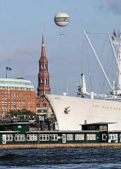 Bilder aus der Hansestadt Hamburg - Bug des Museumsschiffs Cap San Diego - Turm der St. Katharinenkirche - Heissluftballon Highflyer über der Hamburger Innenstadt.