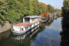 Neugebaute Hausboote auf dem Eilbekkanal - Wohnen auf dem Wasser in Hamburg Eilbek.