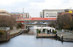 Blick über den Mittelkanal - schwimmendes Restaurant - Haltestelle Hammerbrook.