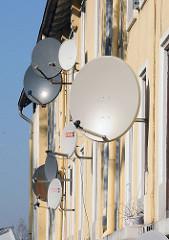 Satellitenschüsseln an der Hausfassade - Etagenhaus Billbrookdeich.