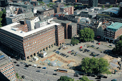 Blick auf den Domplatz in der Hamburger Altstadt - auf einem Teil des historischen Hamburger Platzes werden Ausgrabungsarbeiten zur Suche der Hammaburg vorgenommen - re. das Pressehaus am Speersort.