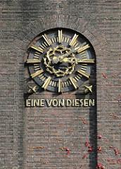Uhr am Ohlsdorfer Krematorium - EINE VON DIESEN in goldenen Lettern geschrieben.