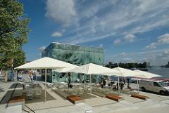 Anleger der Alsterdampfer am Jungfernstieg / Jungfernstieganleger - Aussenresturant mit Bänken und Sonnenschirm.