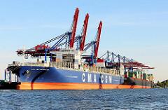 Frachtschiffe am Burchardkai des HHLA Container Terminals im Hamburger Hafen - die Frachter ZIM ROTTERDAM und CMA CGM LAPEROUSE im Waltershofer Hafen.