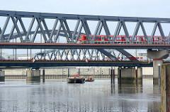 Brücken mit S-Bahnzug über den Oberhafenkanal / Billehafen in Hamburg Rothenburgsort - im Hintergrund eine Schute mit Barkasse vor der Hammerbrookschleuse.