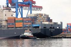 Der Containerfrachter NYK ORPHEUS legt vom Ballinkai des Containerterminals Altenwerder ab. Ein Schlepper zieht das grosse Schiff von der Kaimauer ab.