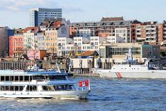 Blick auf die St. Pauli Hafenstrasse - ein Kriegsschiff liegt am Anleger.