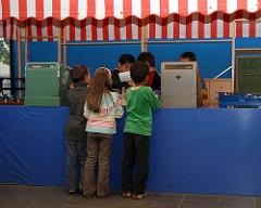 Kindermuseum Hamburg - Kinder spielen am Kaufmannsladen.
